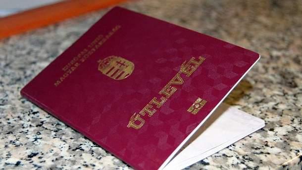 Угорщина продовжує роздавати свої паспорти українцям