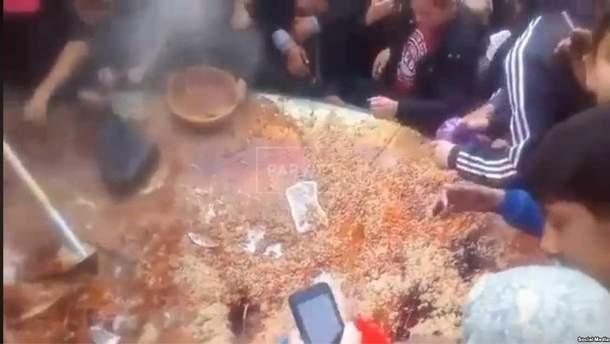 В Душанбе люди влаштували штовханину через плов