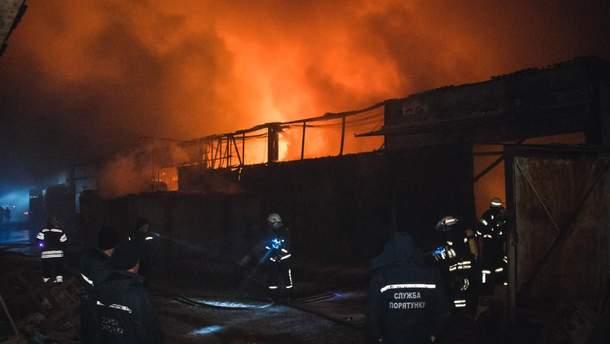 У Києві спалахнула масштабна пожежа на складах
