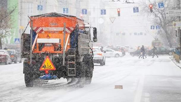 На вулиці Києва вивели снігоприбиральну техніку