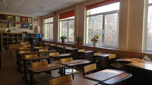 В России восьмиклассник принес в школу топор, ножи и канистру бензина, а потом выпил яд