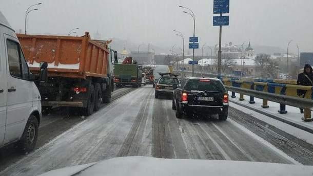 У Києві через сніг масово стаються ДТП