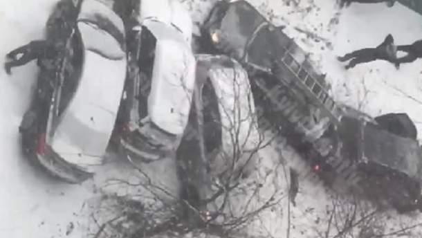 В Киеве легковушка скатилась с горы и врезалась и еще 5 авто