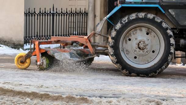 Перший сніг в Україні: на вулиці міст повиїжджала снігоприбиральна техніка