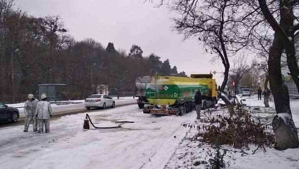 Вантажівка влетіла у бензовоз на Київщині