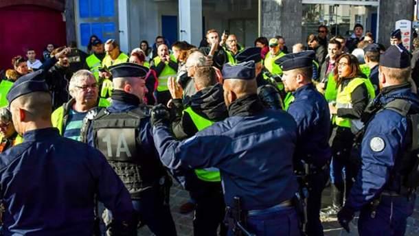Во Франции во время протестов против роста цен на топливо пострадали 47 человек