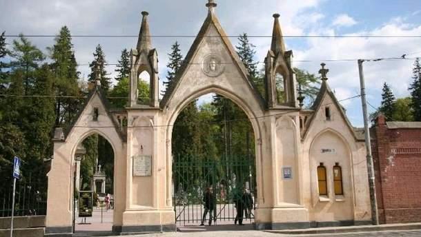 У Львові на Личаківському цвинтарі студенти-поляки намагалися запалити фаєри