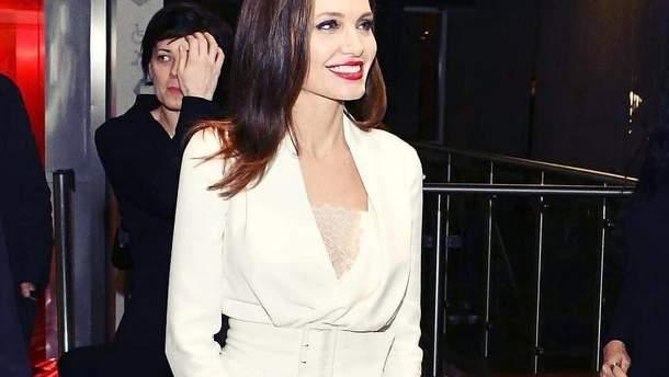 55b8e3ada60 Біла сукня і червона помада: Анджеліна Джолі вперше за довгий час з ...