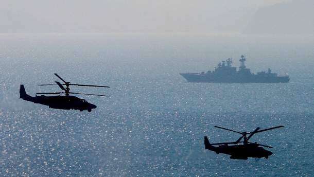 Росія супроводжує українські кораблі в Азовському морі бойовими вертольотами