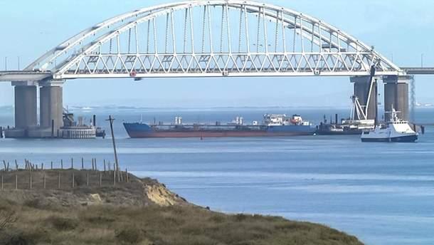 Российский корабль заблокировал Керченский пролив