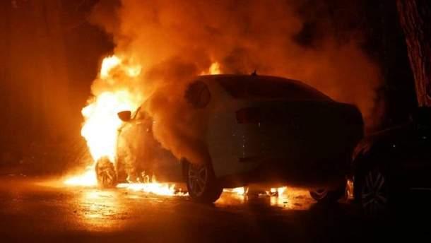 Біля посольства РФ згорів автомобіль з дипломатичними номерами
