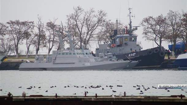 Захваченные Россией украинские корабли прибыли в порт Керчи