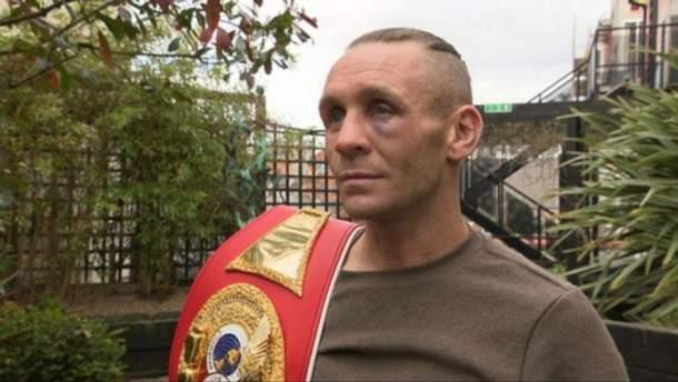 Британський боксер продає чемпіонський пояс