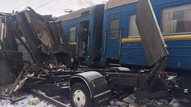 На Харьковщине поезд влетел в грузовик