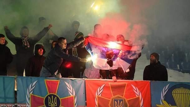 """Вболівальники """"Карпат"""" спалили прапор Росії"""
