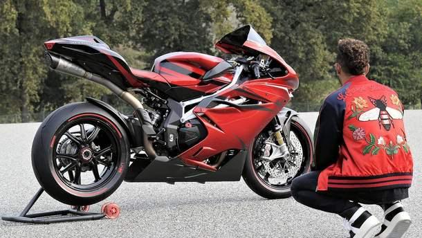 Льюис Хэмилтон упал с мотоцикла