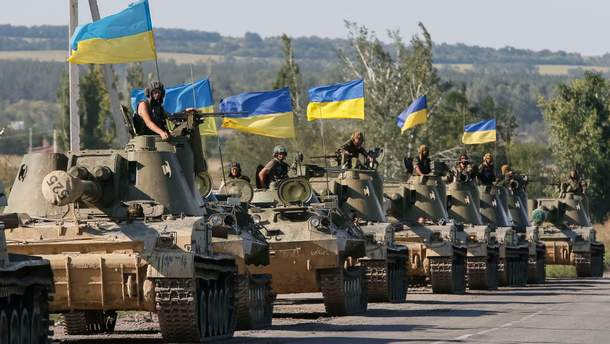 Окупований Луганськ обклеїли жовто-блакитними вітаннями до Дня ЗСУ: фото