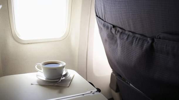 От каких напитков лучше отказаться на борту самолета