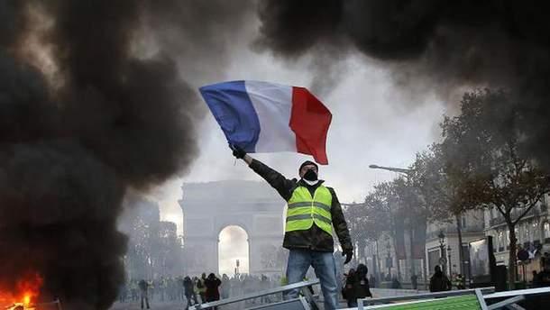 """Из-за протестов """"желтых жилетов"""" закроют Эйфелеву башню и Лувр"""