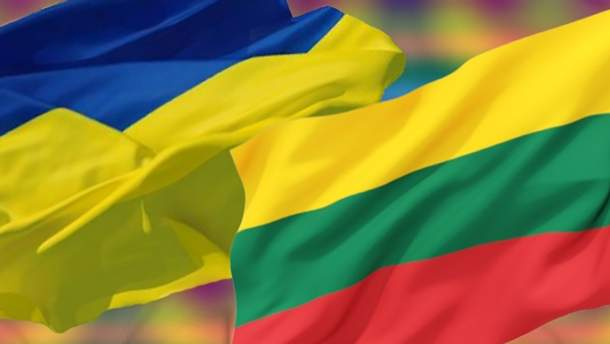 У Києві на підтримку полонених моряків підняли прапори ВМС та Литви