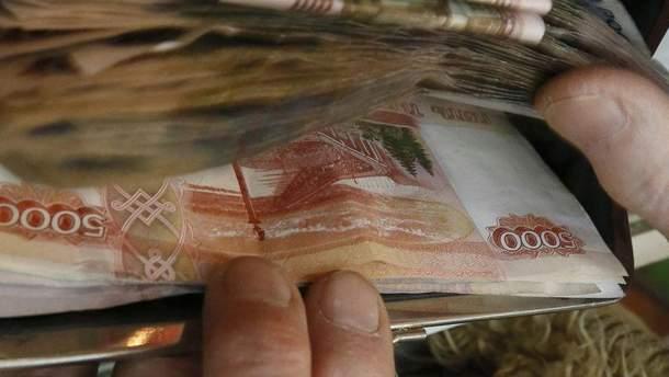 Чоловік намагався пронести у взутті майже мільйон рублів