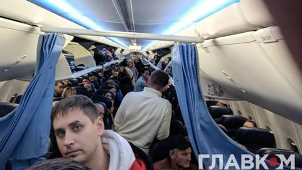 """Пассажиров долго не выпускали из самолета, который экстренно сел в аэропорту """"Киев"""""""