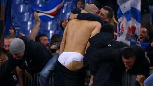 Фанаты сорвали нижнее белье с футболиста