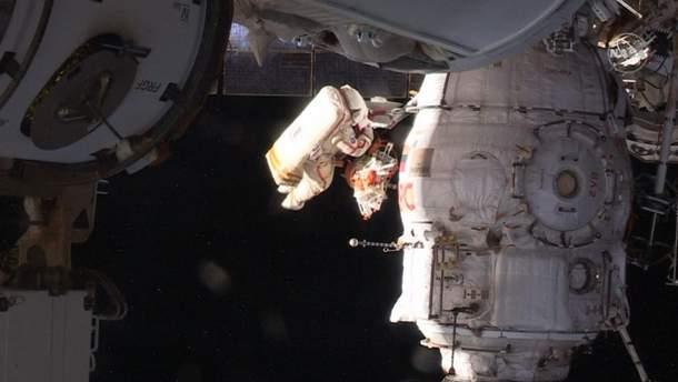 Космонавти оглянули дірку в МКС та взяли проби герметику