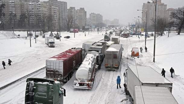 Из-за снегопада в Киев запретили въезжать грузовикам