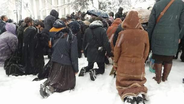 Віряни УПЦ МП на колінах в снігу влаштували безстроковий молебінь під Радою