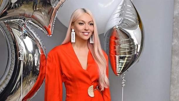 Оля Полякова в яскравому костюмі