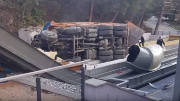ВКрыму грузовой автомобиль упал собрыва нааквапарк отеля «Ялта-Интурист»