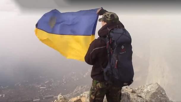 На горі в окупованому Криму волонтери підняли український прапор