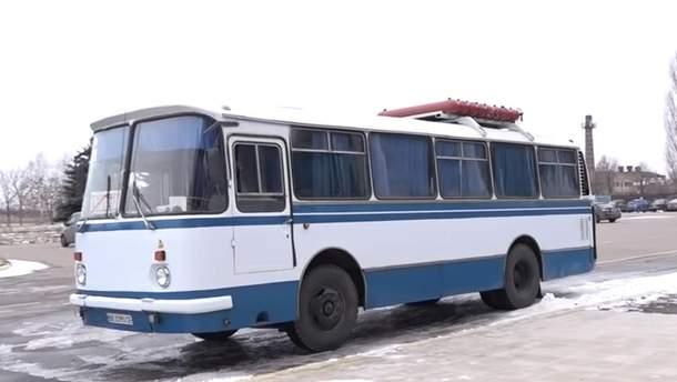 В аэропорту Николаева работает старенький ЛАЗ: аэродром его недавно приобрел за 6 тысяч долларов