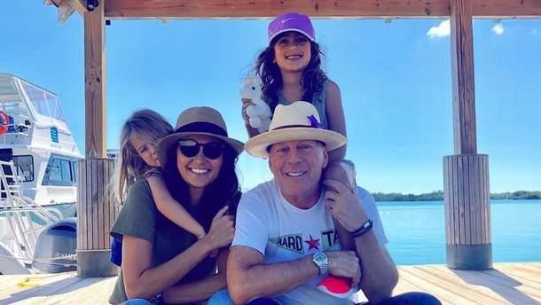 Брюс Вілліс з дружиною Еммою Хемінг та доньками