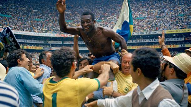 Короля футбола Пеле по-настоящему носили на руках