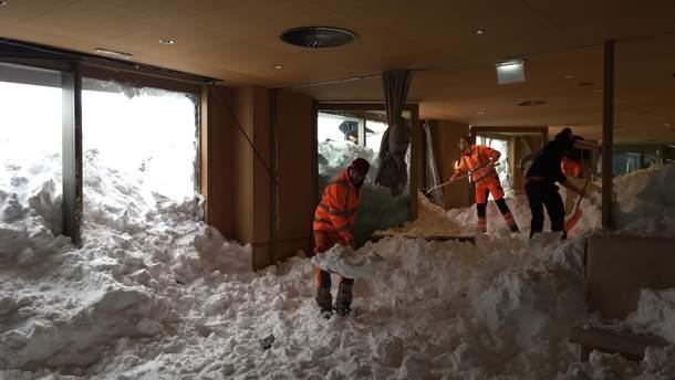 На отель в Швейцарии обрушилась лавина