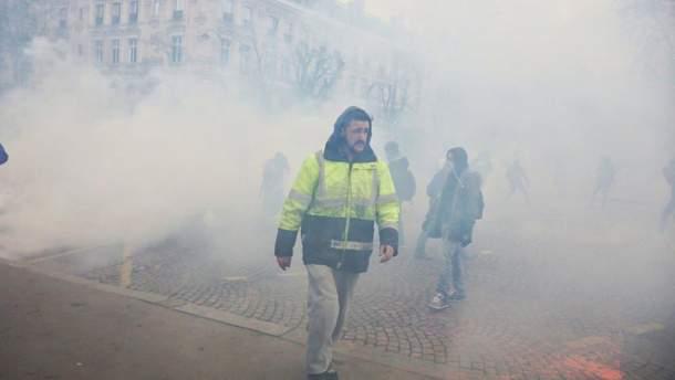 """У Парижі проти """"жовтих жилетів"""" застосували сльозогінний газ"""
