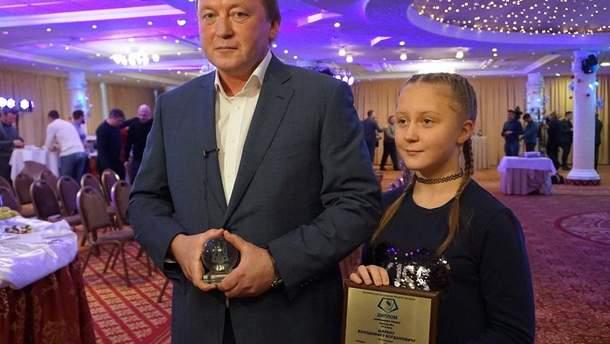 Владимир Шаран с дочкой во время награждения