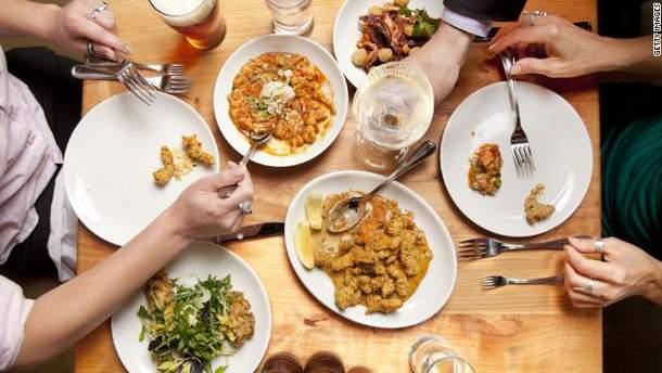 Чим небезпечне переїдання і як відновити харчування після свят