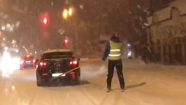 В Ужгороде мужчина катался на лыжах по улицам города