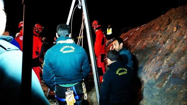 Около 100 спасателей принимают участие в операции по спасению мальчика