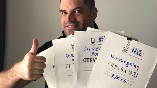 Інженер Renault використовує папки з українським гербом