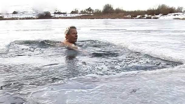 На Львівщині 67-річний вчитель фізкультури плаває в ополонці та бігає по 10 кілометрів