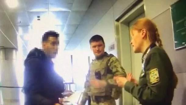 """В аэропорту """"Борисполь"""" дерзкий мигрант напал на пограничника"""