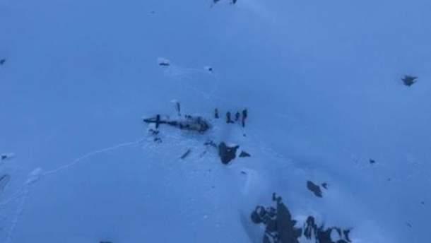 В ужасной авиакатастрофе над Альпами столкнулись туристический самолет и вертолет