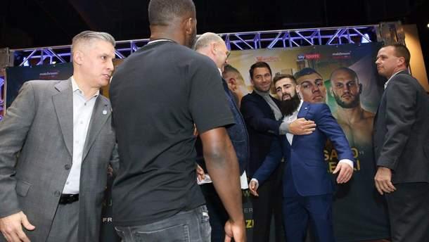 Встреча двух боксеров едва не переросла в грандиозную драку