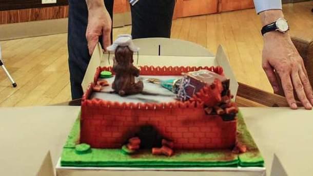 Міністру інфрастуктури Володимиру Омеляну подарували торт у вигляді розвалин Кремля