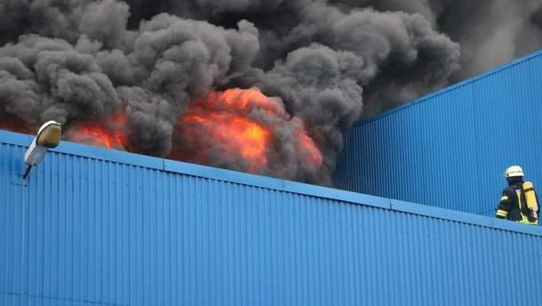 """Спасатели предупреждают об угрозе обрушения конструкций из-за пожара возле """"Лесной"""":"""