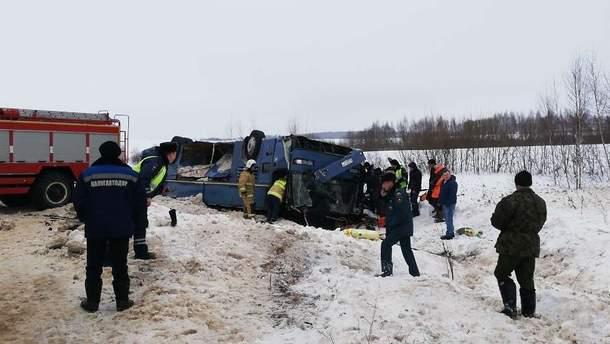 В России перевернулся автобус с детьми, много погибших